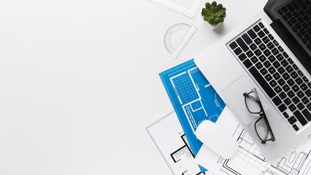 Draufsicht des arbeitsschreibtischs mit laptop- und kopienraum