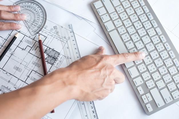 Draufsicht des architekten zeichnung auf architektonisches projekt, projektierung mit bleistift auf die städtischen zeichnungen. hausplanung, architektonische pläne