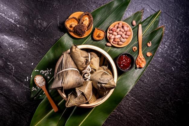 Draufsicht des asiatischen chinesischen hausgemachten zongzi - reisknödelnahrungsmittels für drachenbootfest
