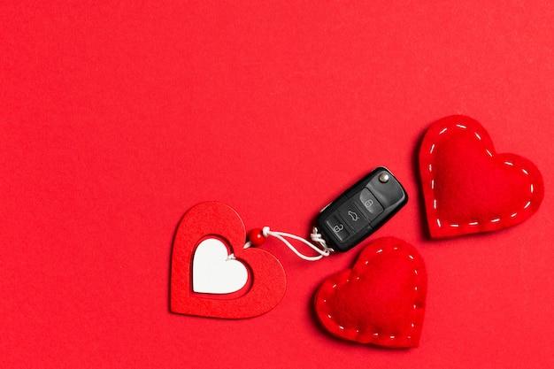 Draufsicht des autoschlüssel-, hölzernen und textilherzens