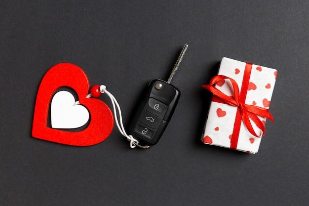 Draufsicht des autoschlüssels, der geschenkbox und des spielzeugherzens