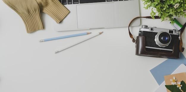 Draufsicht des bequemen arbeitsplatzes des fotografen mit büroartikel auf weißem tabellenhintergrund