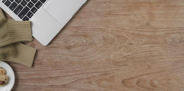 Draufsicht des bequemen arbeitsplatzes mit kopienraum und laptop-computer