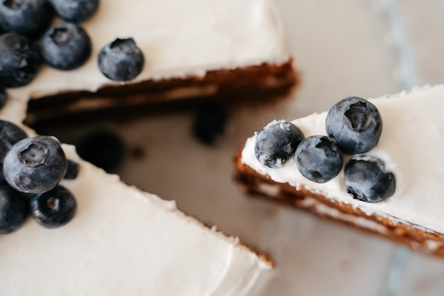 Draufsicht des blaubeerkuchens mit schokoladenkruste auf einem weißen teller. süßwaren süß zum geburtstag.