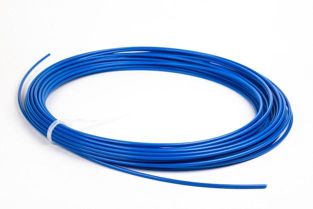 Draufsicht des blauen gerollten filament-3d-stiftes pla auf weiß