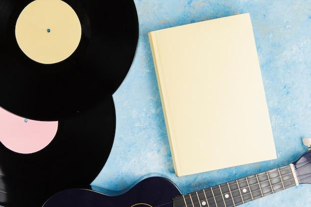 Draufsicht des buches und der vinylscheibe