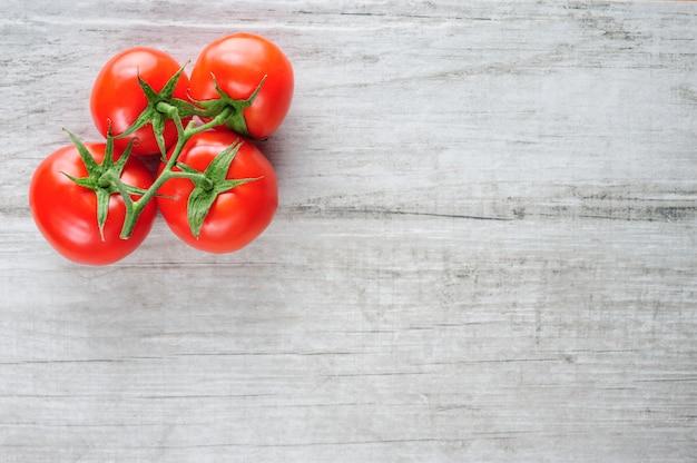 Draufsicht des bündels frischer tomaten