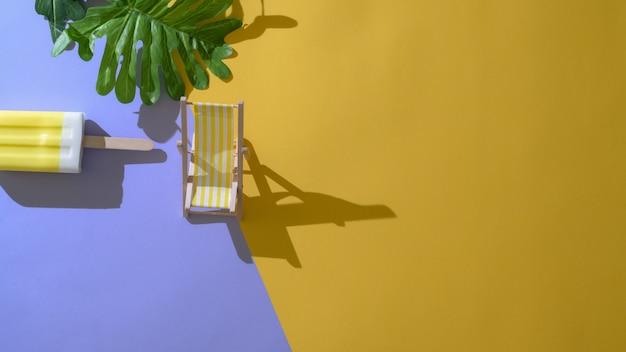 Draufsicht des bunten eis am stiel mit blatt, schatten und dekorationen des minimalen sommerkonzepts