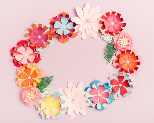 Draufsicht des bunten papierfrühlingsblumenkranzes