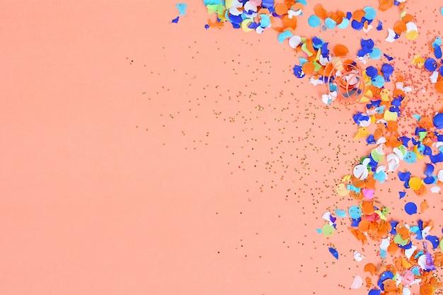 Draufsicht des bunten party confettihintergrundes
