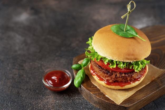 Draufsicht des burgers des strengen vegetariers auf dunklem rustikalem braun