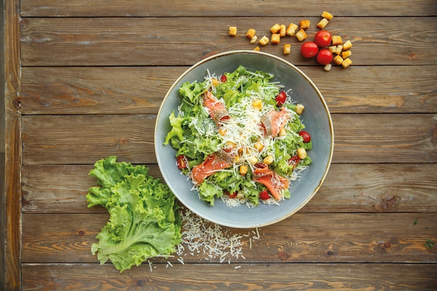 Draufsicht des caesar-salats mit geräuchertem lachs und geriebenem käse