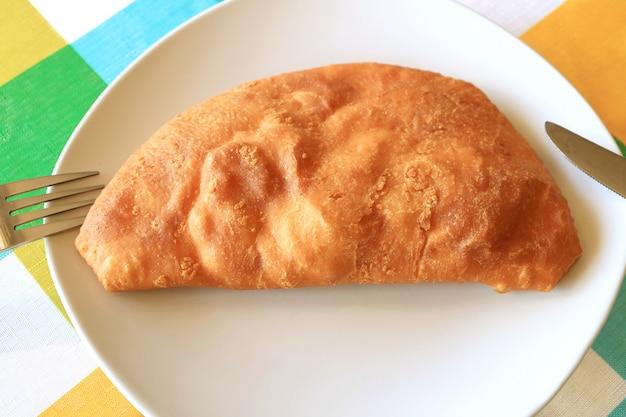 Draufsicht des chilenischen wohlschmeckenden angefüllten gebäcks oder der empanadas gefüllt