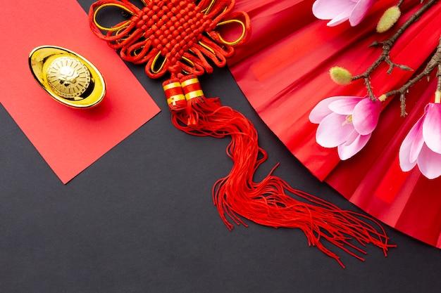 Draufsicht des chinesischen neuen jahres des anhängers und der magnolie