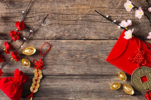 Draufsicht des chinesischen neujahrskonzepts auf holztisch