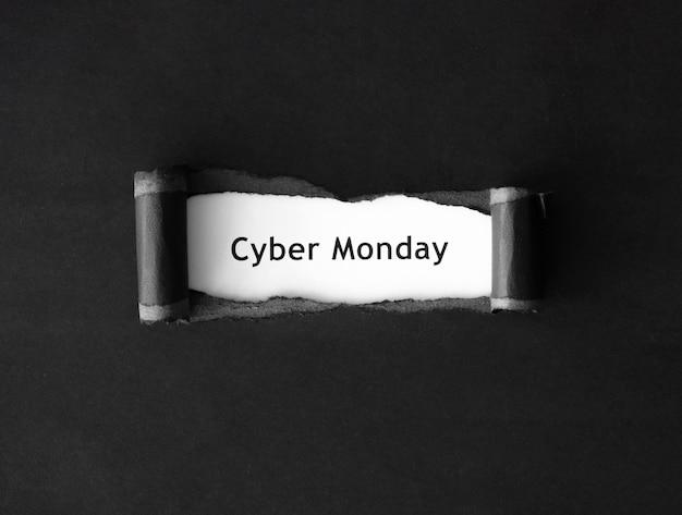 Draufsicht des cyber-montags mit zerrissenem papier