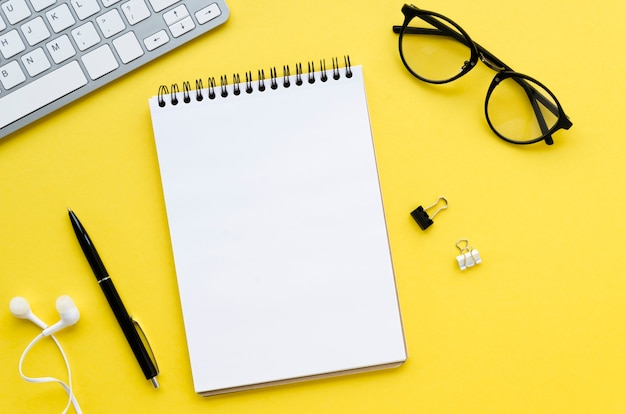 Draufsicht des desktops mit brille und tastatur