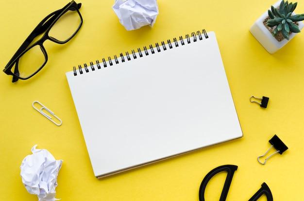 Draufsicht des desktops mit notizbuch und sukkulente