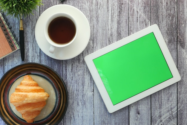 Draufsicht des digitalen tablets mit bürolieferanten auf tabelle