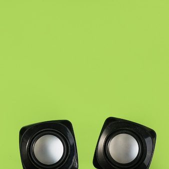 Draufsicht des drahtlosen lautsprechers auf grünem hintergrund