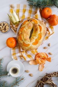 Draufsicht des dreikönigstag-nachtischs mit orange und kaffee