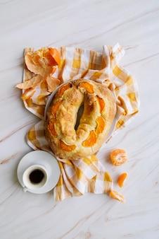 Draufsicht des dreikönigstagsdesserts mit orangen und kaffee