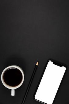 Draufsicht des dunklen schreibtischkonzepts mit kopierraum
