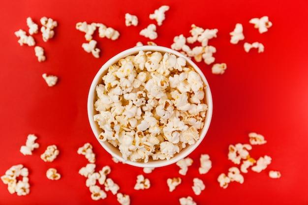 Draufsicht des eimers popcorns