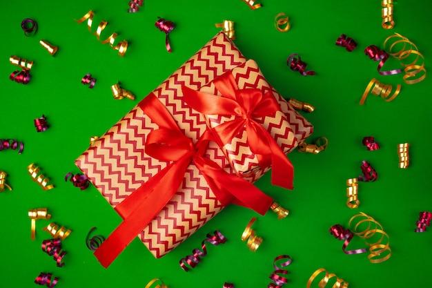 Draufsicht des eingewickelten geschenkes auf einem grünen festlichen hintergrund