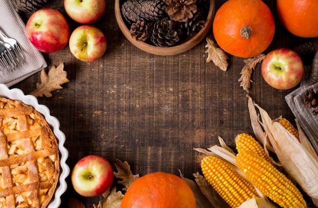 Draufsicht des erntedank-apfelkuchens mit mais und tannenzapfen