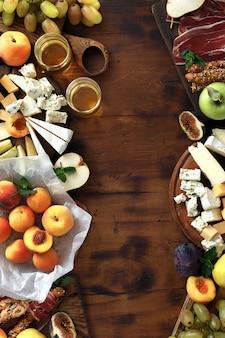 Draufsicht des feldsnackwein-frucht jamon käses