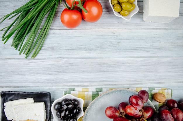 Draufsicht des feta-käses mit eingelegten oliven der frischen süßen trauben