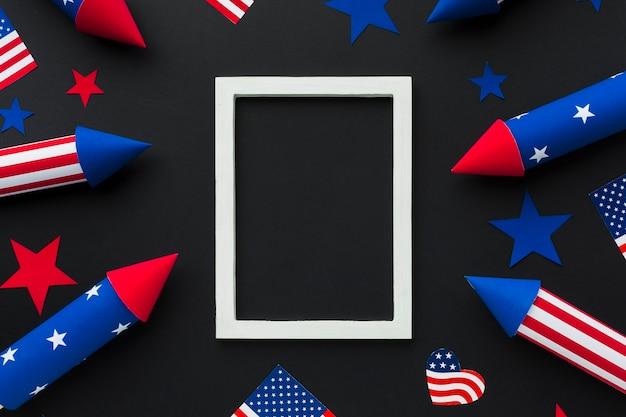 Draufsicht des feuerwerks des unabhängigkeitstags mit amerikanischen flaggen und rahmen