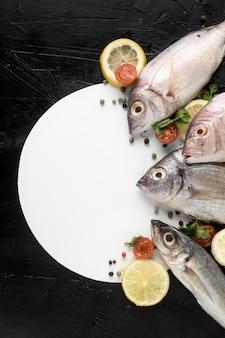 Draufsicht des fisches mit platte und zitrone