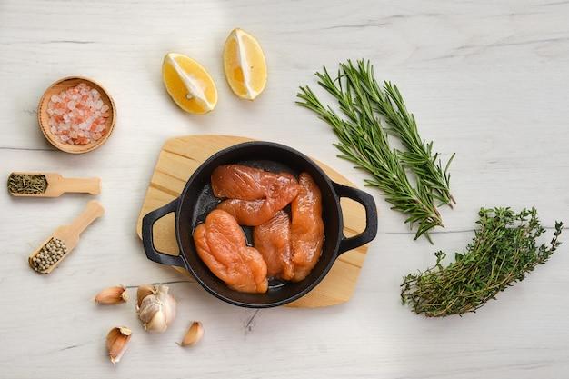 Draufsicht des fischkaviars in der gusseisernen pfanne mit gewürzen und kräutern