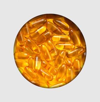 Draufsicht des fischöls in der weißen schüssel auf weißer tabelle. fischöl vitamin gehirn