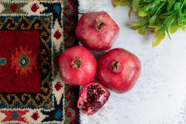 Draufsicht des fotos von frischem geschnittenem und ganzem granatapfel.