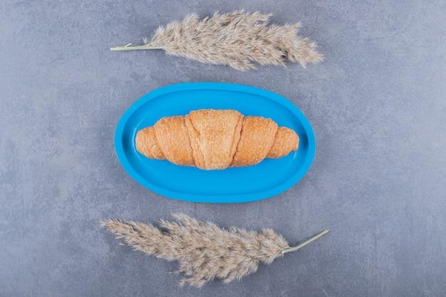 Draufsicht des frisch gebackenen französischen croissants