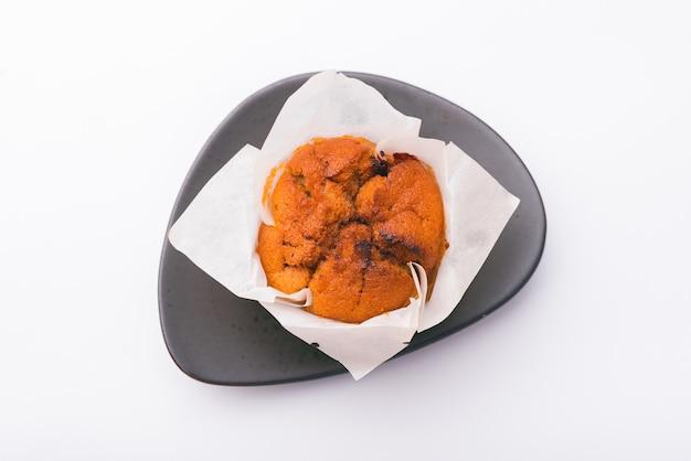 Draufsicht des frischen leckeren rückseitigen muffins über der weißen wand
