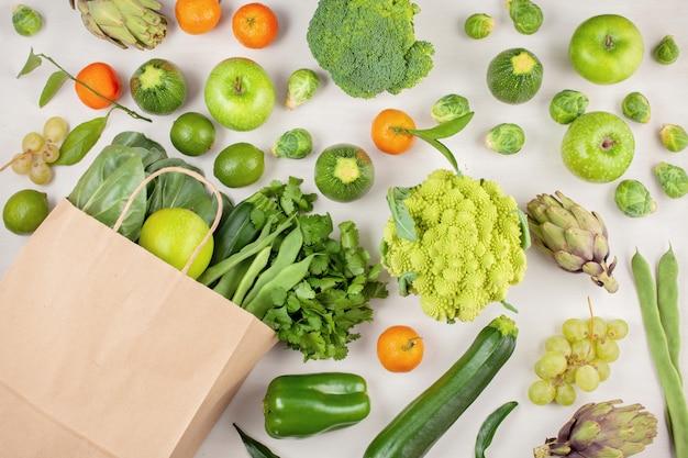 Draufsicht des frischen organischen gemüses in der grünen farbe. konzept der gesunden ernährung in verschiedene jahreszeiten. ökologischer landbau, landwirtschaft, shopping