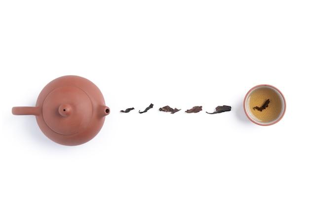 Draufsicht des frischen schwarzen tees mit kessel-teekanne und den blättern in taiwan, asiatisches kulturdesignkonzeptlayout.