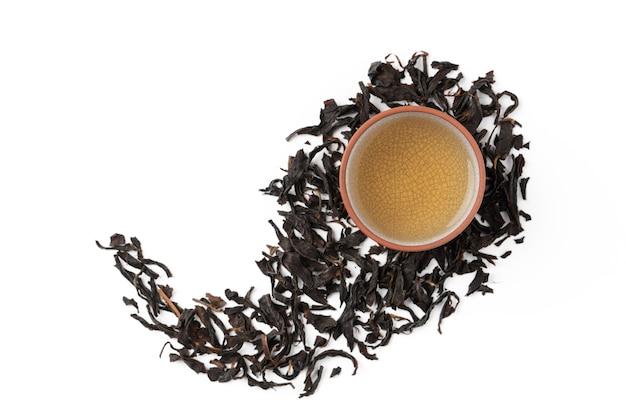 Draufsicht des frischen schwarzen tees und der blätter in taiwan, asiatisches kulturdesignkonzeptlayout.