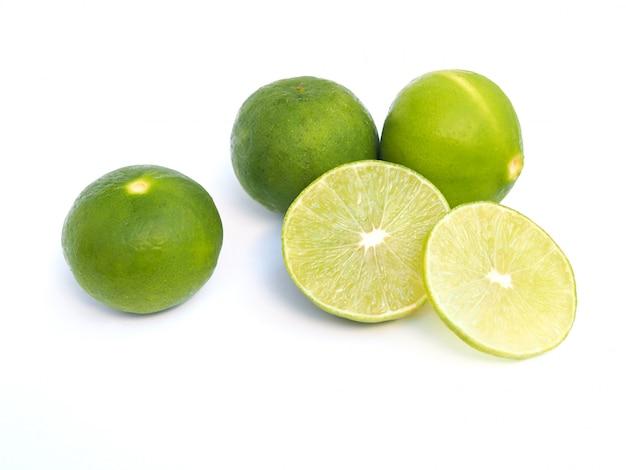Draufsicht des frischen zitrusfruchtzitronenkalkes lokalisiert auf weißer oberfläche.