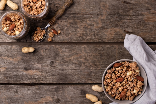Draufsicht des frühstückskost aus getreide in den schüsseln mit zusammenstellung von nüssen