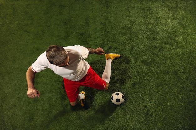Draufsicht des fußballs oder des fußballspielers auf grünem gras