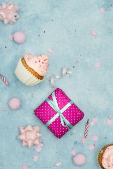 Draufsicht des geburtstagskleinen kuchens mit geschenk