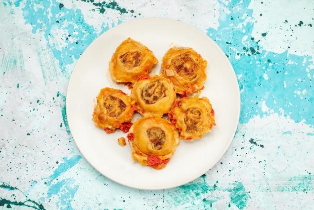 Draufsicht des gekochten teigmehls mit hackfleisch innerhalb der platte auf hellem schreibtisch, teigmehllebensmittelfleisch
