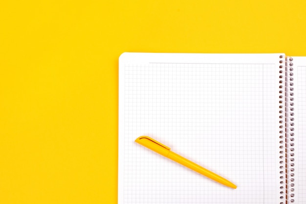 Draufsicht des gelben stiftes mit sauberem weißem notizbuch