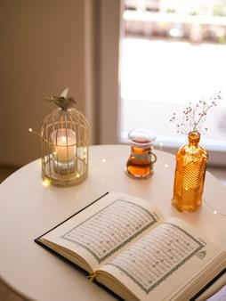 Draufsicht des geöffneten quran auf festlicher tabelle