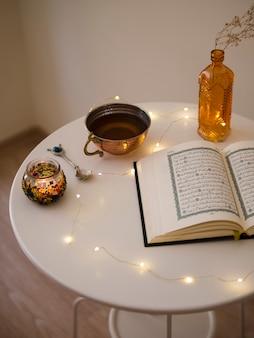 Draufsicht des geöffneten quran auf tabelle
